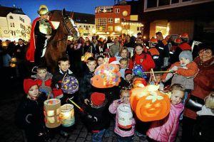 Contemporary St. Martin's Day celebration in Berlin. Note the Jack-o'-lantern paper lantern in the foreground. Meanwhile, a horse-mounted Saint Martin looks on.